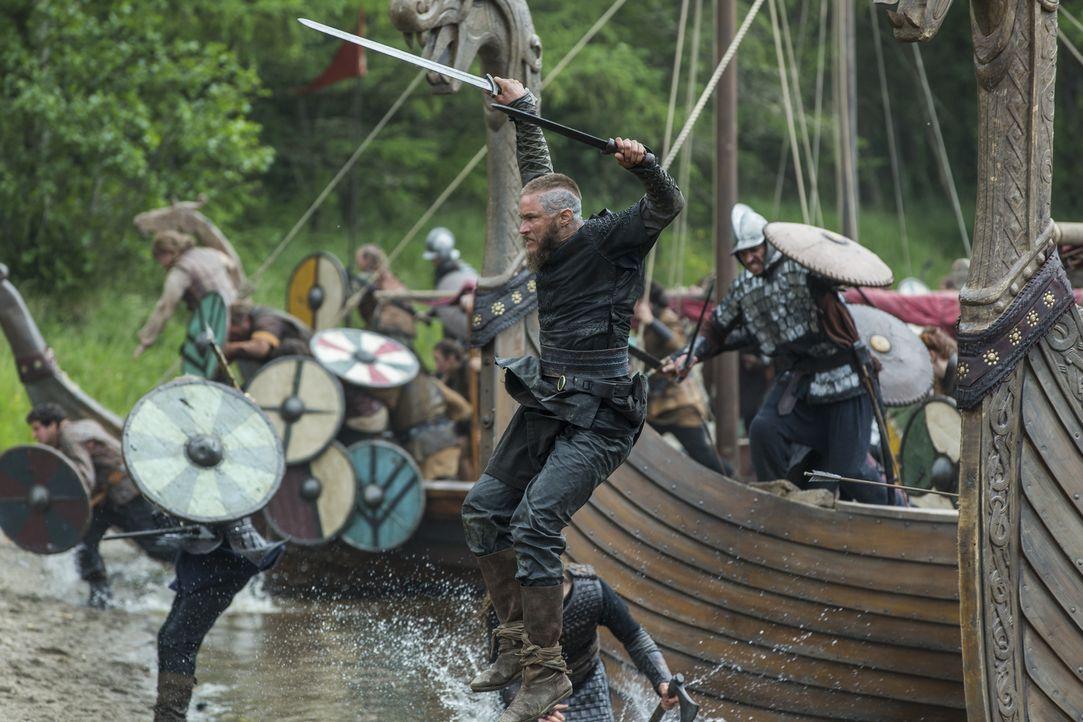 Nimmt den Kampf gegen König Brihtwulf an: Ragnar (Travis Fimmel) ... - Bildquelle: 2015 TM PRODUCTIONS LIMITED / T5 VIKINGS III PRODUCTIONS INC. ALL RIGHTS RESERVED.