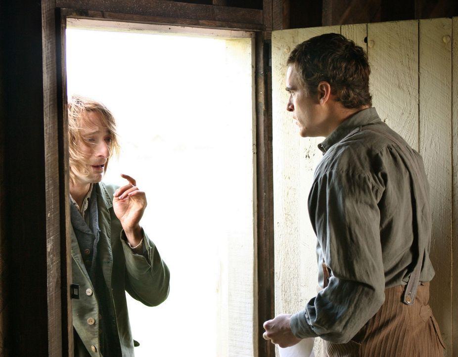 Als Dorftrottel Noah (Adrien Brody, l.), der in Ivy verliebt ist, seinen Nebenbuhler Lucius (Joaquin Phoenix, r.) niedersticht, gibt es nur eine Mög... - Bildquelle: Touchstone Television