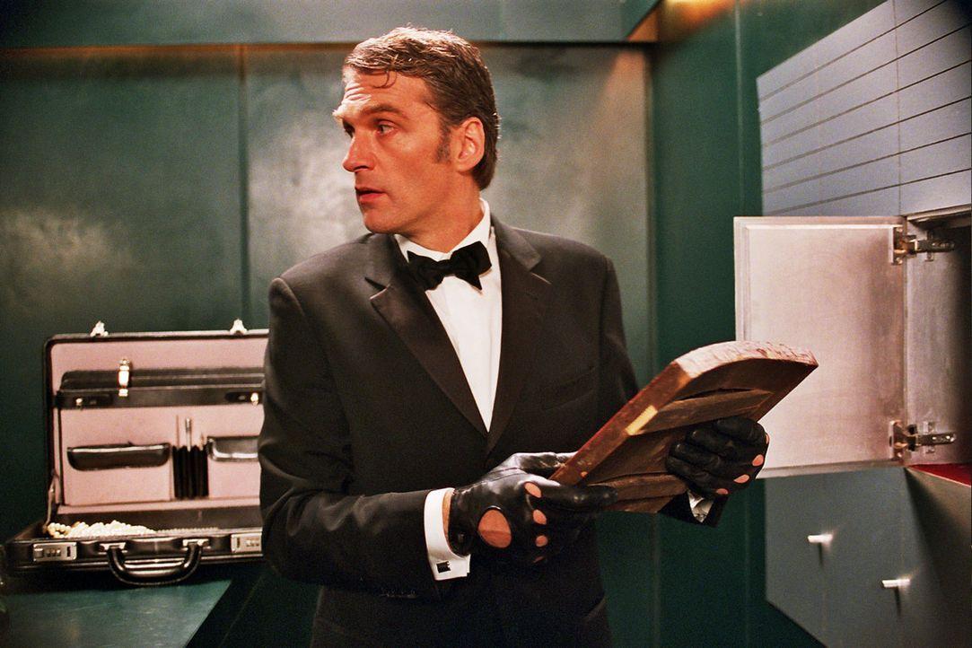 """Max Kerner (Walter Sittler) ist der """"Fuchs"""" - ein Mann mit zwei Gesichtern: Tagsüber gibt er den biederen Antiquar, doch nachts verwandelt er sich... - Bildquelle: Sat.1"""