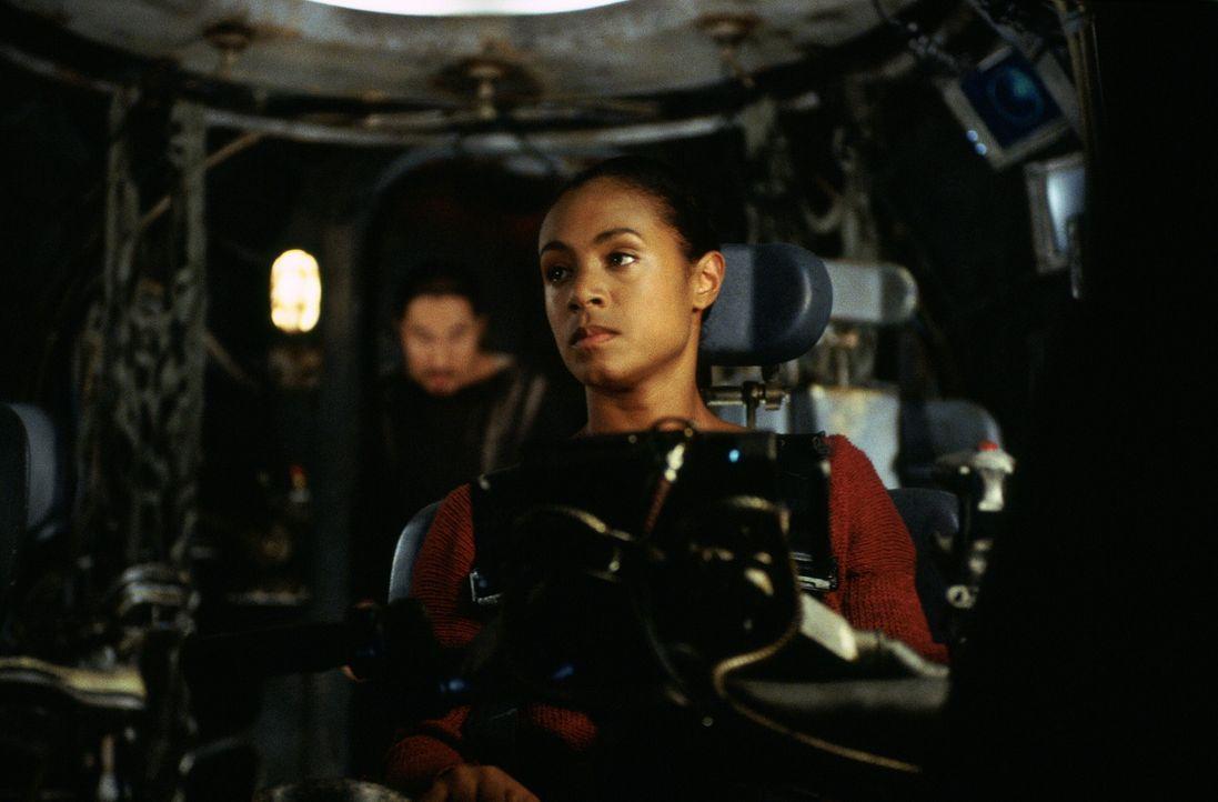 Mit Hilfe von Niobe (Jada Pinkett Smith) dringen Neo und Trinity weiter vor, als die Menschen es je gewagt haben: über die Ruinen der Erdoberfläch... - Bildquelle: Warner Bros.