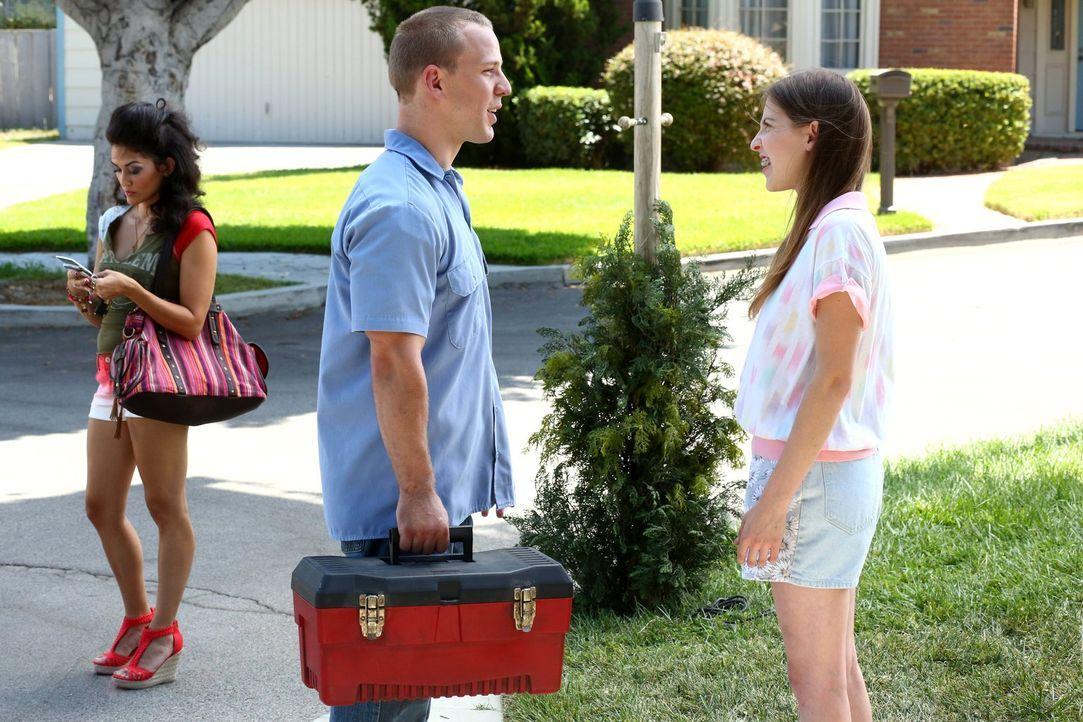 Sue (Eden Sher, r.) versucht Darrin (John Gammon, M.) davon zu überzeugen, dass sie ein ganz neuer Mensch geworden ist, seit Axl weg ist. Doch dann... - Bildquelle: Warner Brothers