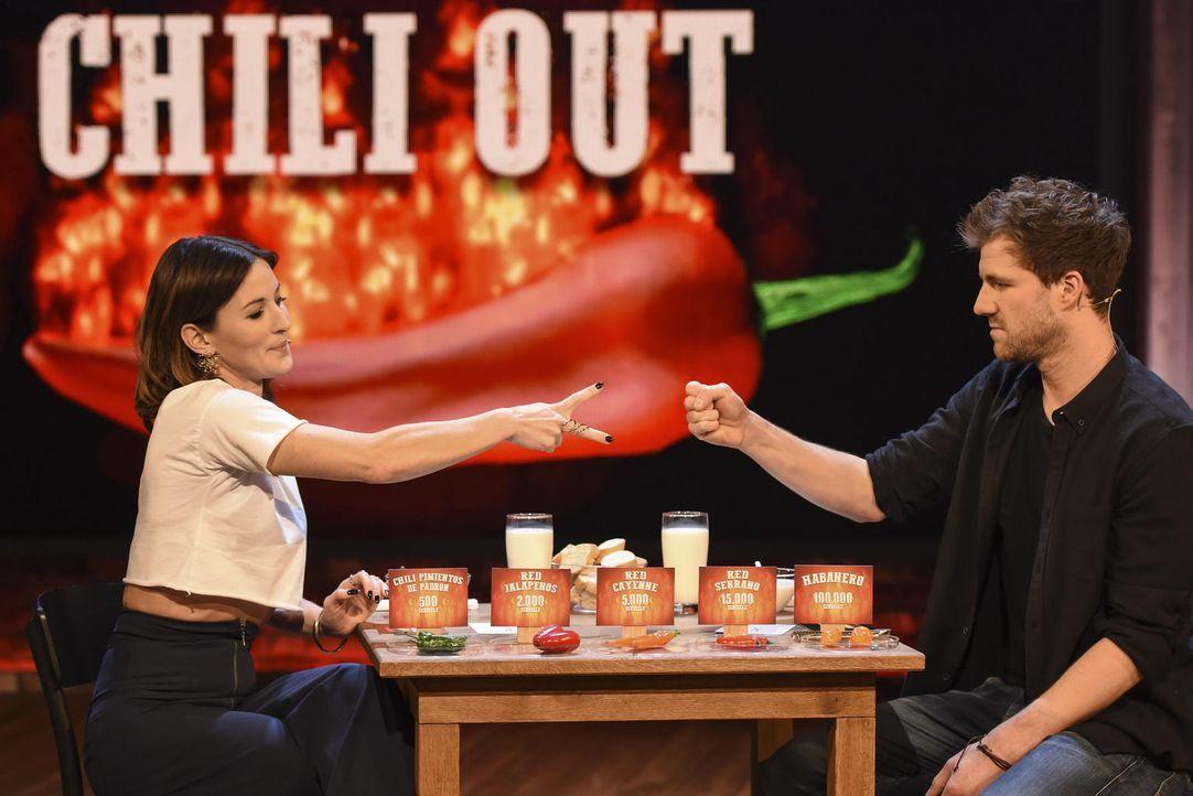 """Im Spiel """"Chili Out"""" stellen sich Jeannine Michaelsen (l.) und Luke (r.) gegenseitig krasse Fragen - wer diese nicht beantworten möchte, muss eine C... - Bildquelle: Steffen Z. Wolff SAT.1/Steffen Wolff"""