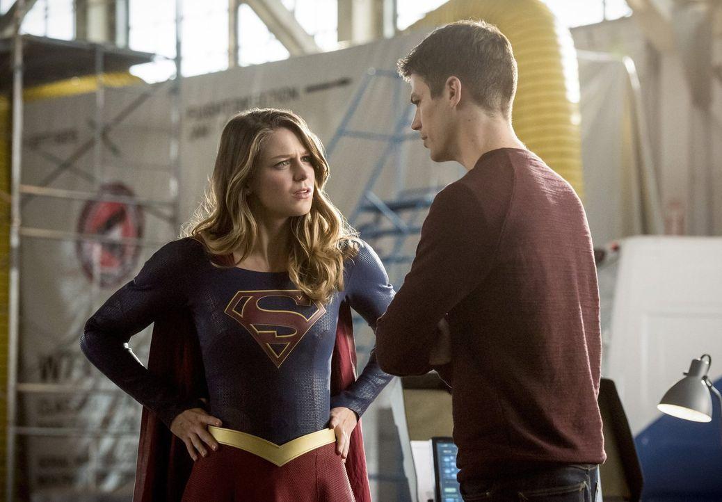 Barry (Grant Gustin, r.) reist sogar in ein anderes Universum, um Kara alias Supergirl (Melissa Benoist, l.) zu bitten, mit seinem Team, Team Arrow... - Bildquelle: 2016 Warner Bros.
