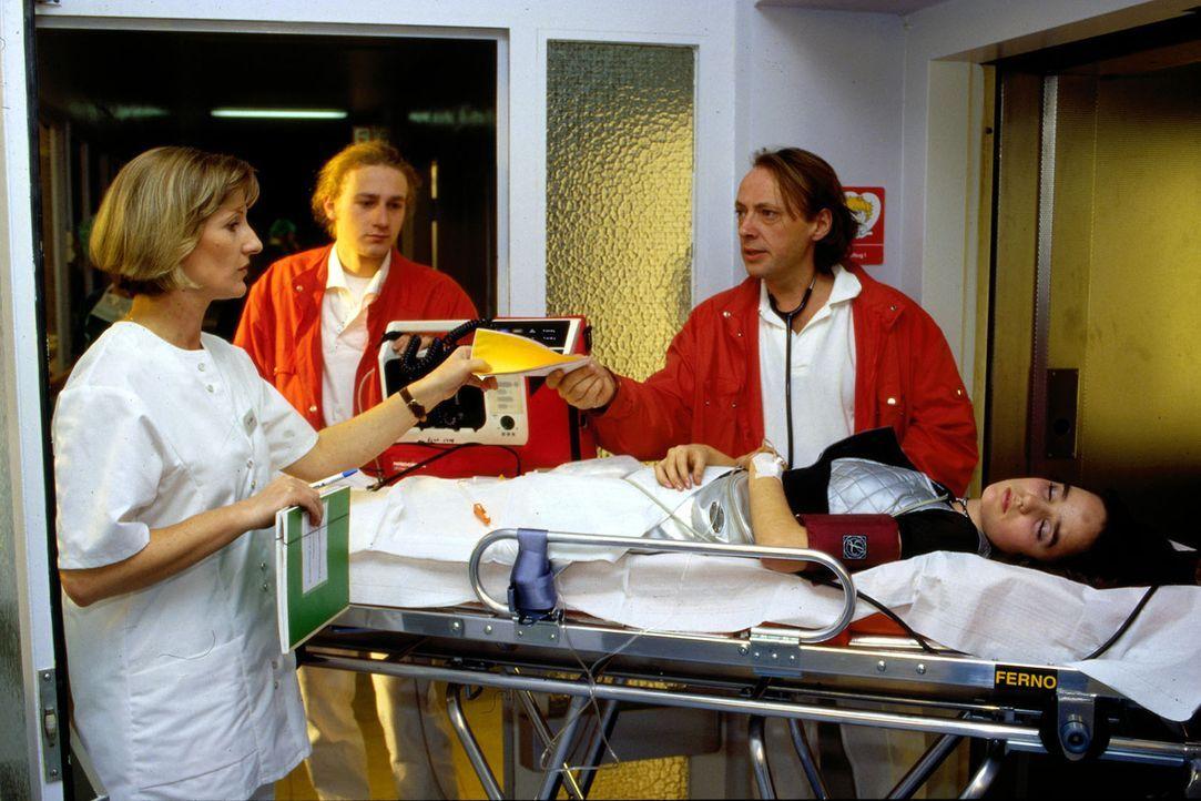 Der Notarzt (Jürgen Trott, 2.v.r.) und sein Sanitäter (Darsteller unbekannt, 2.v.l.) liefern Tanja (Hanna Thoemmes, r.) in das Krankenhaus ein und ü... - Bildquelle: Mike Gast Sat.1