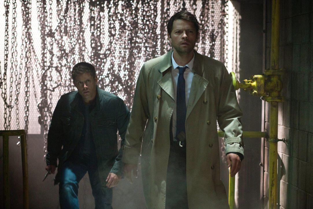 Kommen Dean (Jensen Ackles, l.) und Cas (Misha Collins, r.) noch rechtzeitig, bevor Crowley aus Kevin wichtige Informationen erpressen kann? - Bildquelle: Warner Bros. Television