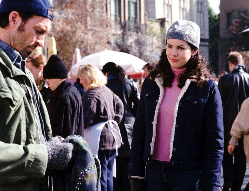 Was würde Luke (Scott Patterson, l.) zu Loreleis (Lauren Graham, r.) Beziehung mit Rorys Lehrer sagen? - Bildquelle: 2000 Warner Bros.