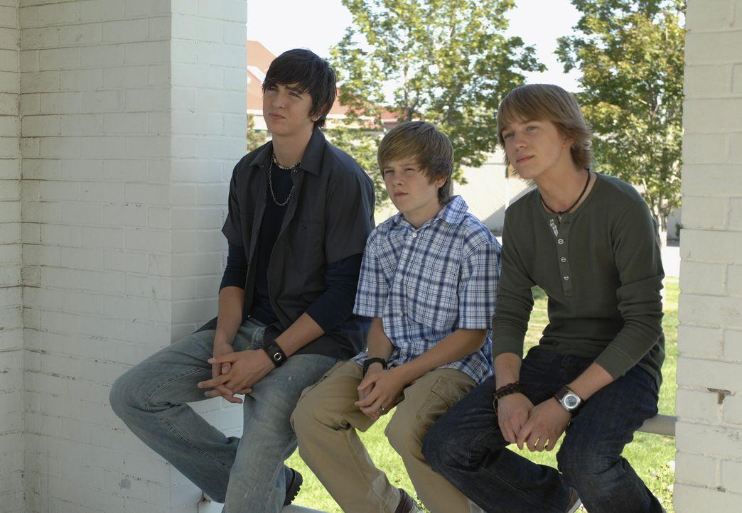 Virgil (Jason Dolley, r.) ist ein Außenseiter an der Summerton Highschool. Während seine ehemaligen Freunde Derek und Stephanie inzwischen zu den... - Bildquelle: 2007 Disney Channel