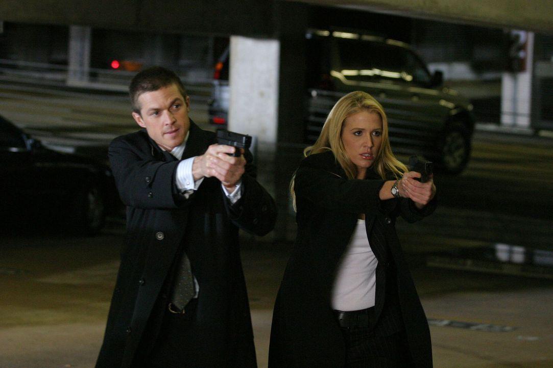 Schusswechsel: Offensichtlich hat jemand etwas dagegen, dass Martin Fitzgerald (Eric Close, l.) und Samantha Spade (Poppy Montgomery, r.) sich in de... - Bildquelle: Warner Bros. Entertainment Inc.