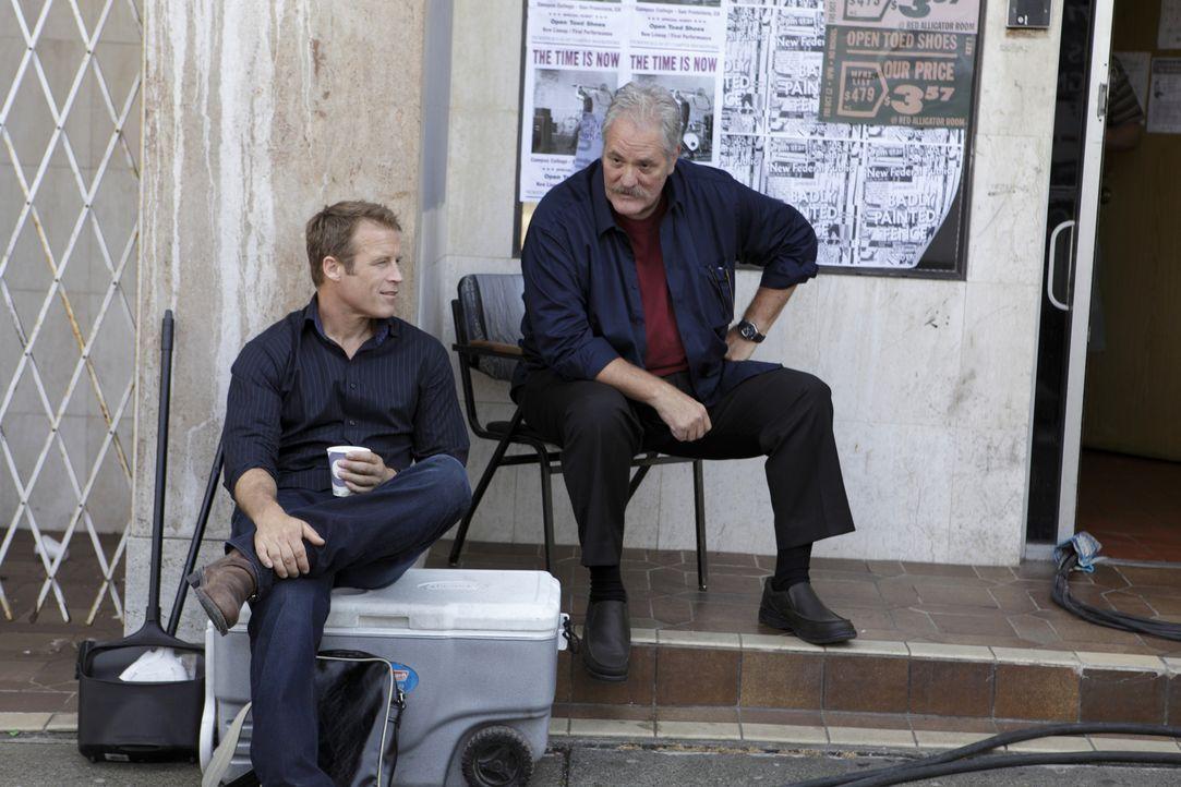 Christopher Chance (Mark Valley, l.) nimmt einen neuer Auftrag von Donnelly (M.C. Gainey, r.) an ... - Bildquelle: Warner Bros. Television