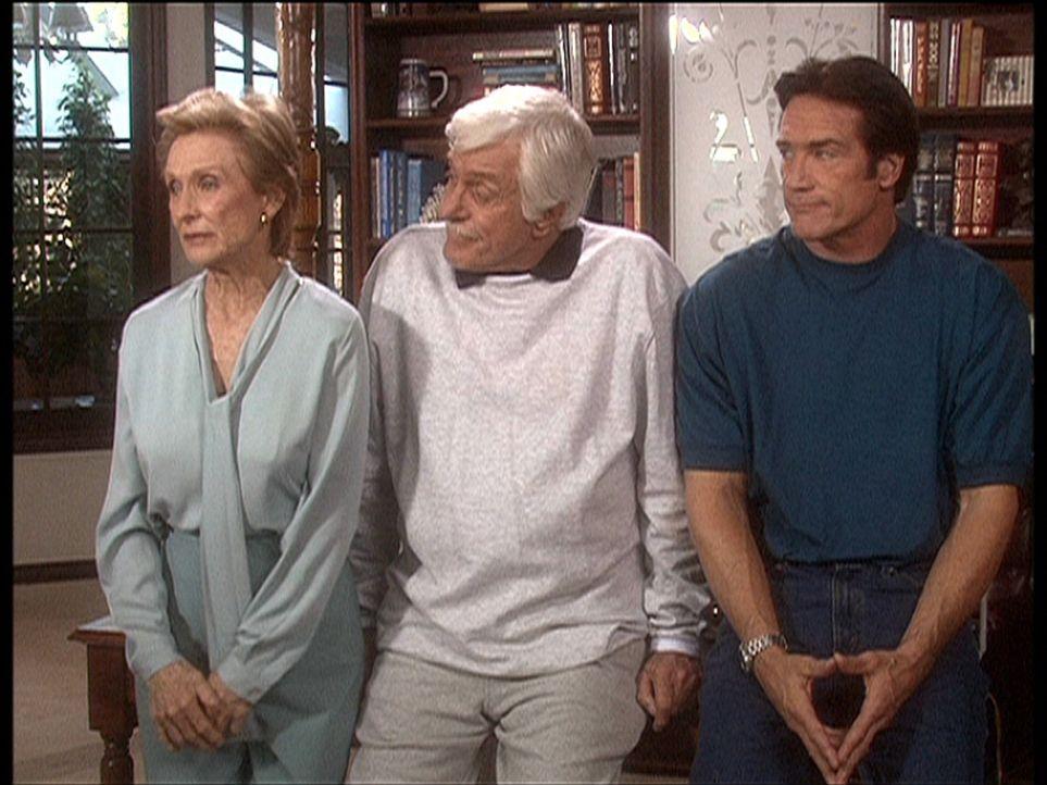 Sudie (Cloris Leachman, l.) ist enttäuscht, weil sie ihre Dienste als Krankenpflegerin für Mark (Dick Van Dyke, M.) weder von ihrem eigenen Patien... - Bildquelle: Viacom