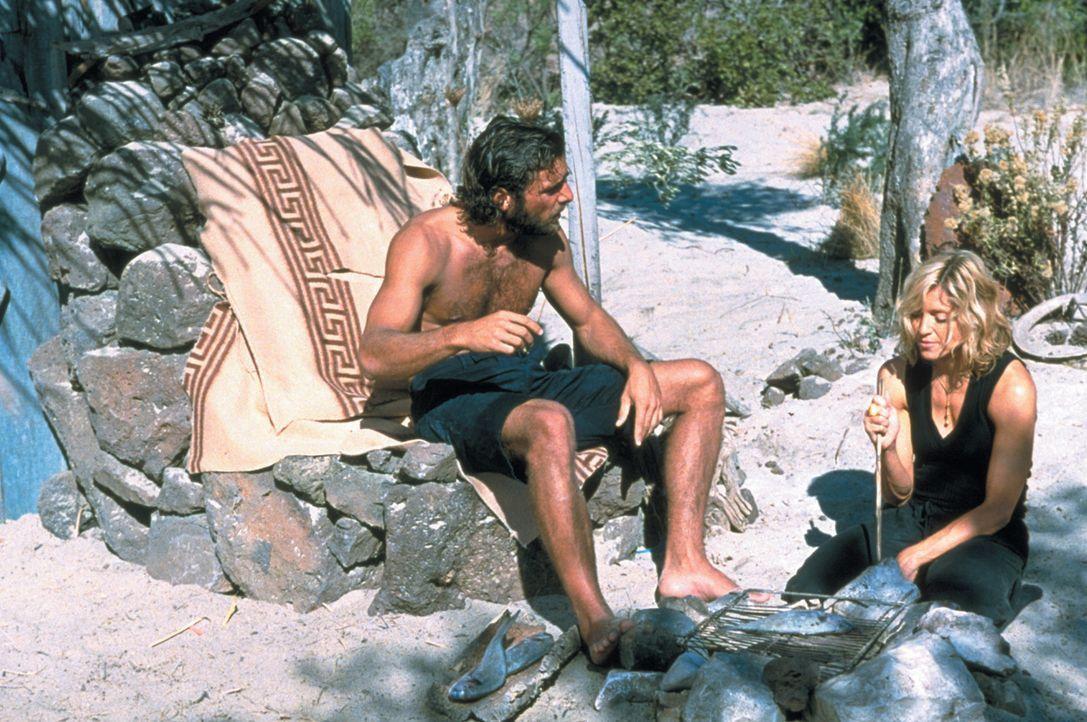 Die reiche, verwöhnte und dekadente Amber Leighton (Madonna, r.) macht mit Freunden einen Bootsausflug von Italien nach Griechenland. Sie ist jedoc... - Bildquelle: 2003 Sony Pictures Television International