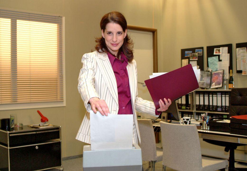 Inka (Stefanie Höner) lässt mit großer Genugtuung die Bewerbungsunterlagen von Britta, der Freundin ihres Ex-Mannes, im Aktenvernichter auf Nimmerwi... - Bildquelle: Monika Schürle Sat.1