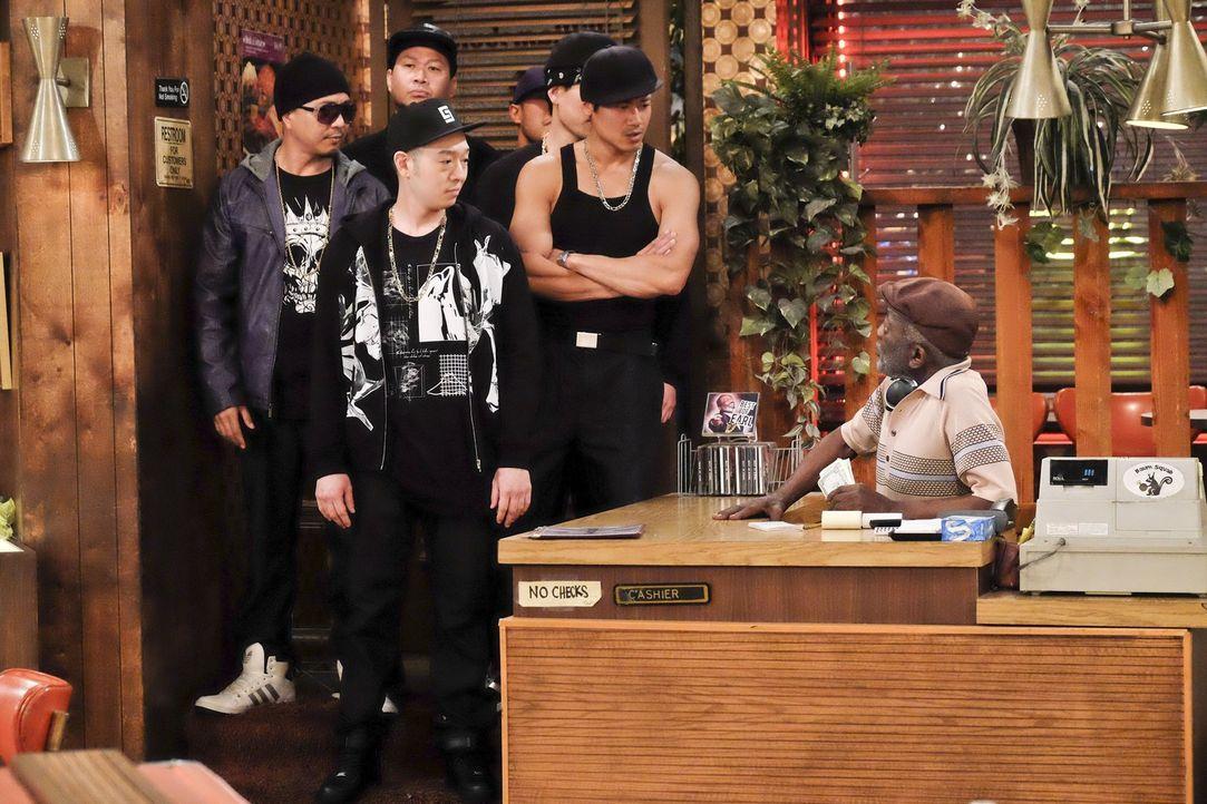 Earl (Garrett Morris, r.) ist überrascht, als koreanische Gangmitglieder unter der Führung von Hwang (Jimmie Saito, vorne l.) im Diner nach Han frag... - Bildquelle: 2016 Warner Brothers