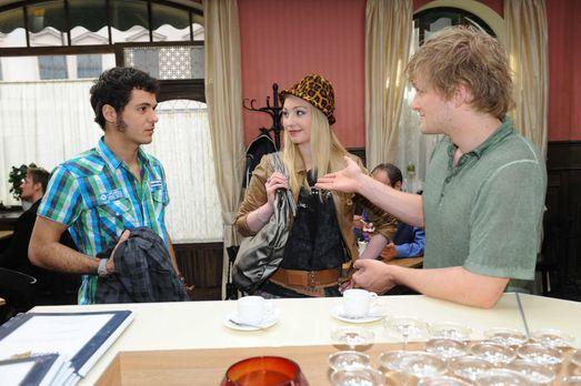 Anna und die Liebe - Maik (Sebastian König, l.) will Julians (Bo Hansen, r.)...
