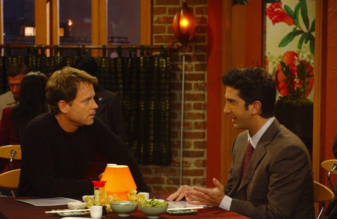 Unglaublich: Ross (David Schwimmer, r.) wird von Dr. Hobart (Greg Kinnear, l.) bei dem er einen Test bestehen muss, um ein Forschungsstipendium zu e... - Bildquelle: 2003 Warner Brothers International Television