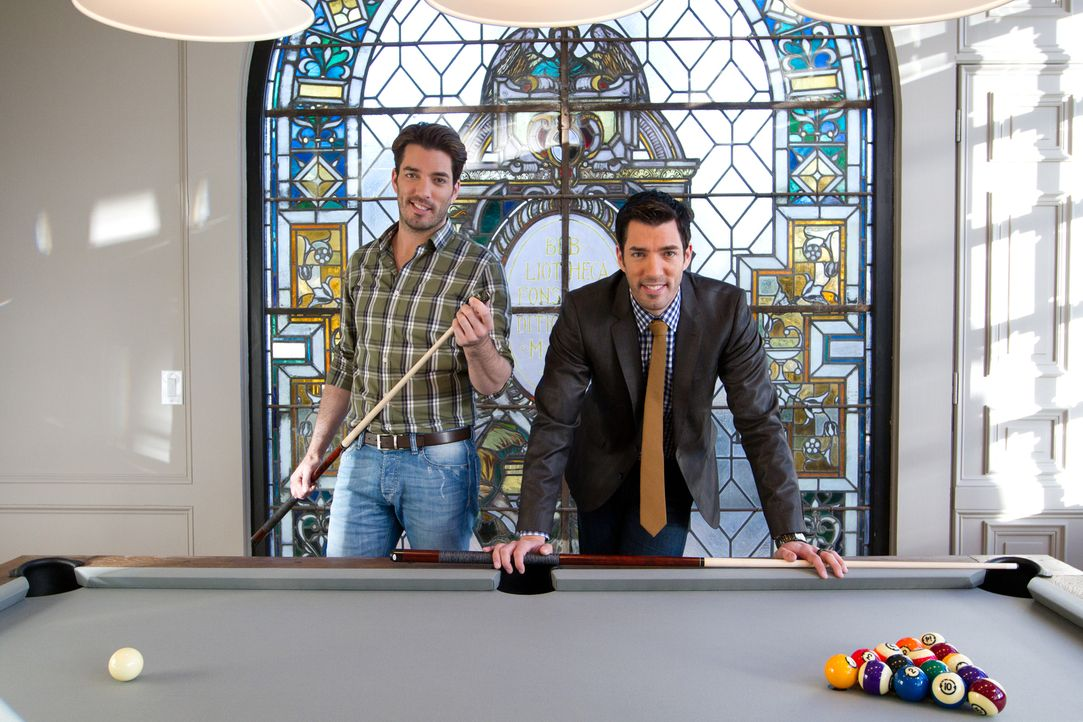 Können Jonathan (l.) und Drew (r.) ihren etwas verrückten Kunden den Traum vom Party-Palast wirklich erfüllen oder machen ihnen eine Budgetgrenze, s... - Bildquelle: Jessica McGowan 2013, HGTV/Scripps Networks, LLC. All Rights Reserved