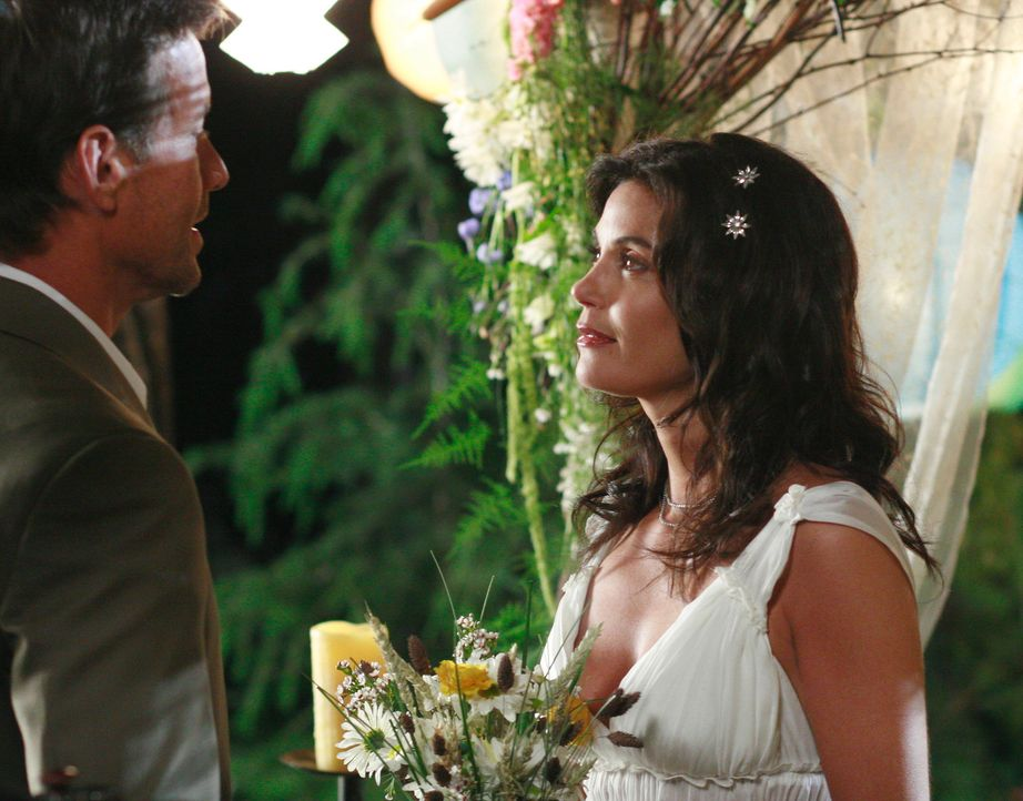 Geben sich an einem verwunschenen Platz das Ja-Wort: Susan (Teri Hatcher, r.) und Mike (James Denton, l.) ... - Bildquelle: 2005 Touchstone Television  All Rights Reserved
