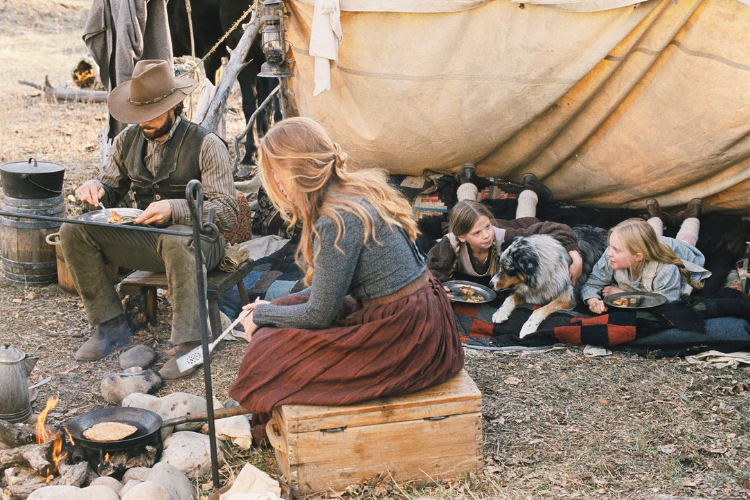 Nachdem Charles Ingalls (Cameron Bancroft, l.), seine Frau Caroline (Erin Cottrell, 2.v.l.) und die beiden Töchter Laura (Kyle Chavarria, 2.v.r.) un... - Bildquelle: ABC, Inc.