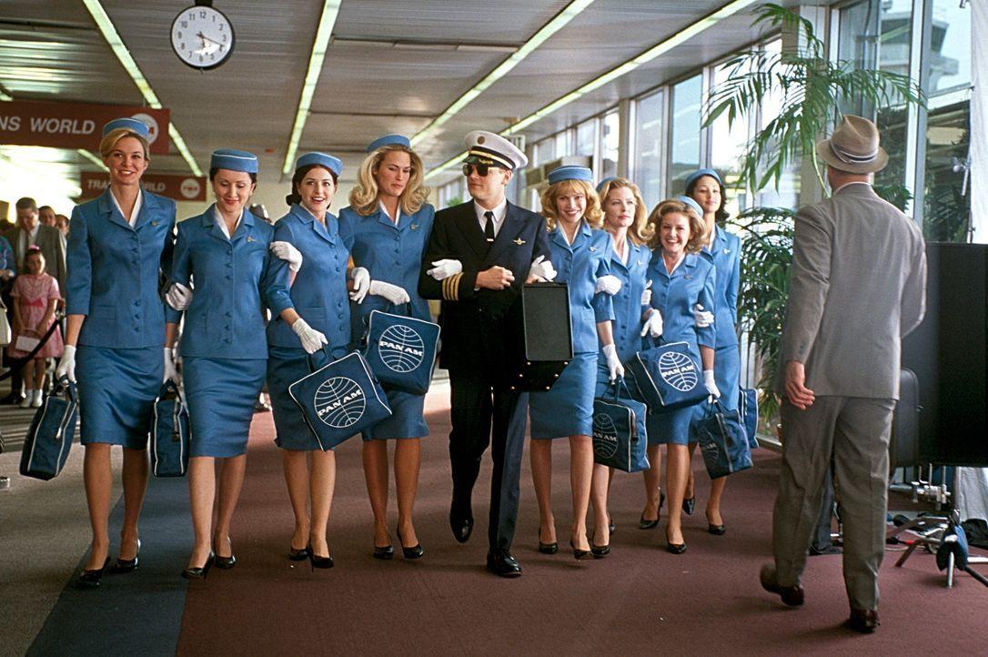 Auch als Ko-Pilot einer großen Fluglinie ist ein Meister der Täuschung. Aber auch als brillanter Fälscher ist Frank (Leonardo DiCaprio, M.) unschlag... - Bildquelle: TM &   2003 DreamWorks LLC. All Rights Reserved