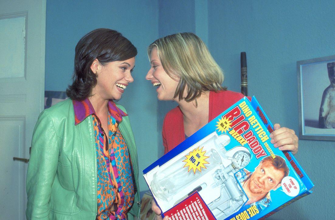 Ertappt zieht sich Mark aus der Affäre, indem er Lara (Doreen Jacobi, r.) und ihrer Freundin und Vertrauten Nicole (Rita Lengyel, l.) weismacht, da... - Bildquelle: Gordon Mühle ProSieben