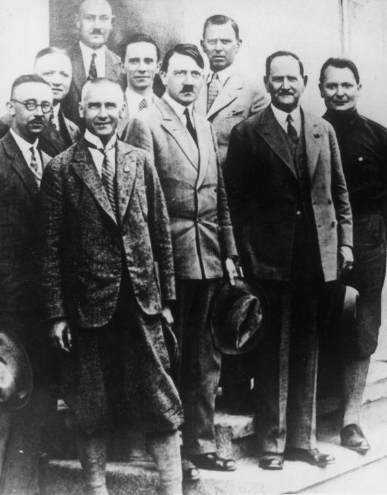 Einige der wichtigsten Köpfe des Nationalsozialismus: Hermann Göring (r.), Adolf Hitler (4.v.r.) und Joseph Goebbels (5.v.r.) - Bildquelle: Keystone Getty Images