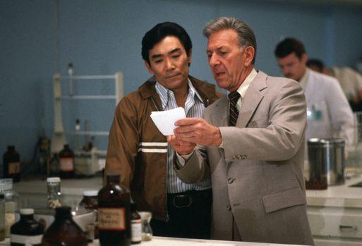 Quincy - Quincy (Jack Klugman, r.) und Sam (Robert Ito, l.) stehen vor einem...