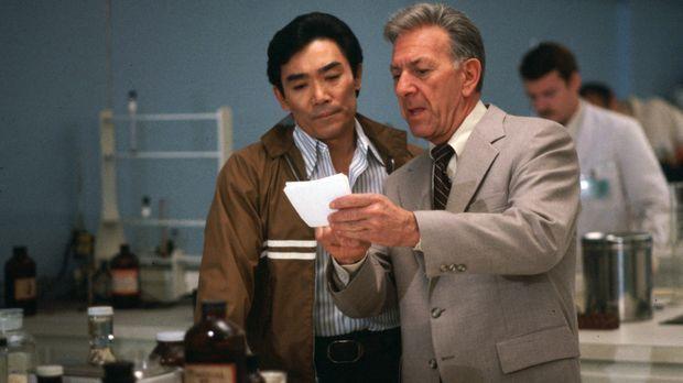 Quincy (Jack Klugman, r.) und Sam (Robert Ito, l.) stehen vor einem Rätsel. S...