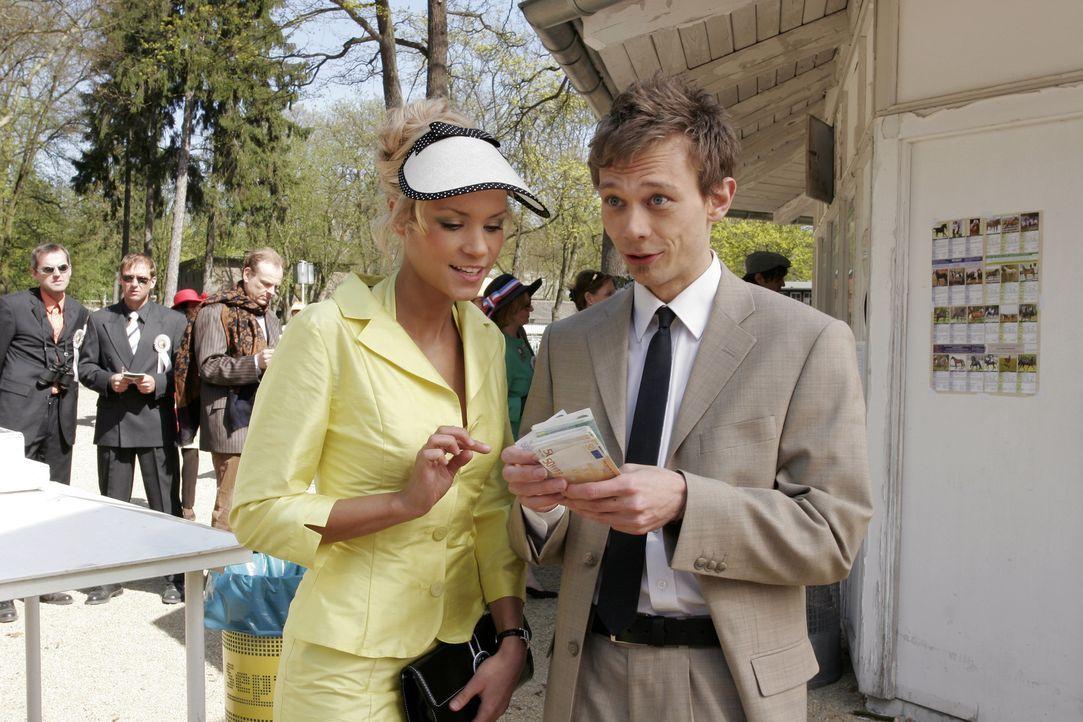 Jürgen (Oliver Bokern, r.) lässt sich darauf ein, Sabrina (Nina-Friederike Gnädig, l.) Geld für ihre ganz sichere Wette zu leihen. - Bildquelle: Noreen Flynn Sat.1