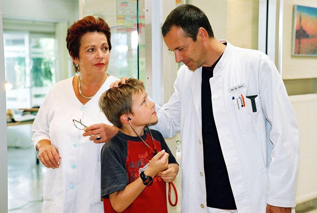 Klara (Walfriede Schmitt, l.) kümmert sich in der schweren Zeit liebevoll um Thomas (Luciano Silvestrini, M.), den Enkel von Dr. Stein (Christoph Sc... - Bildquelle: Monika Schürle Sat.1
