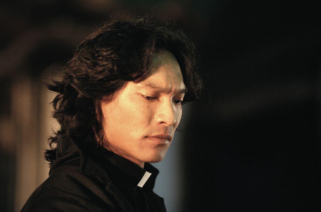 Die gnadenlose Jagd nach Dracula fordert von ihm selbst ein großes Opfer: Pater Uffizi (Jason Scott Lee) hat sich infiziert und verwandelt sich selb... - Bildquelle: Buena Vista Home Entertainment, Inc. All rights reserved