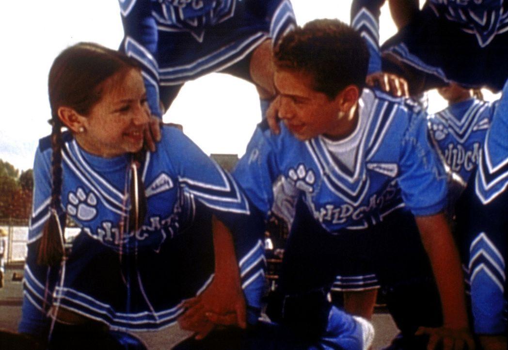 Reese (Justin Berfield, r.) ist sogar Cheerleader geworden, um Wendy (Lisa Lewolt, l.) näher zu kommen ... - Bildquelle: TM +   2000 Twentieth Century Fox Film Corporation. All Rights Reserved.