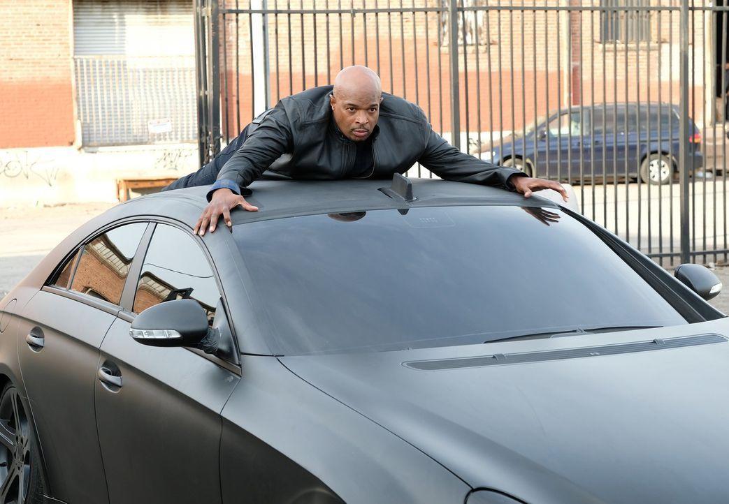 Murtaugh (Damon Wayans) landet auf dem Dach des verdächtigen Autos, doch die Verfolgungsjagd endet mit einer Überraschung ... - Bildquelle: Warner Brothers