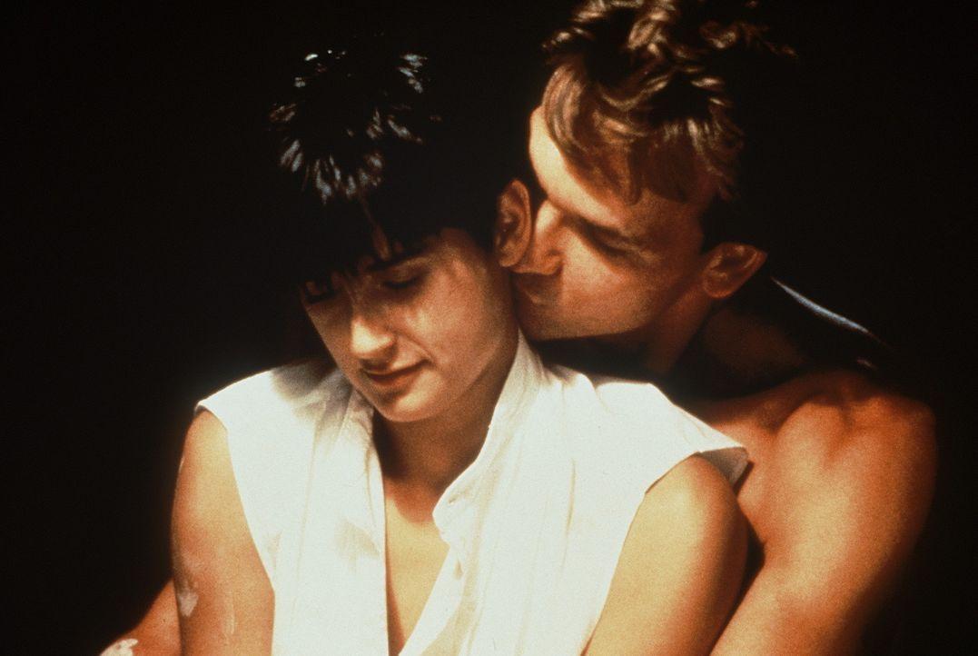 Noch sind der erfolgreiche Banker Sam (Patrick Swayze, r.) und seine Frau Molly (Demi Moore, l.) ein glückliches Paar ... - Bildquelle: Paramount Pictures
