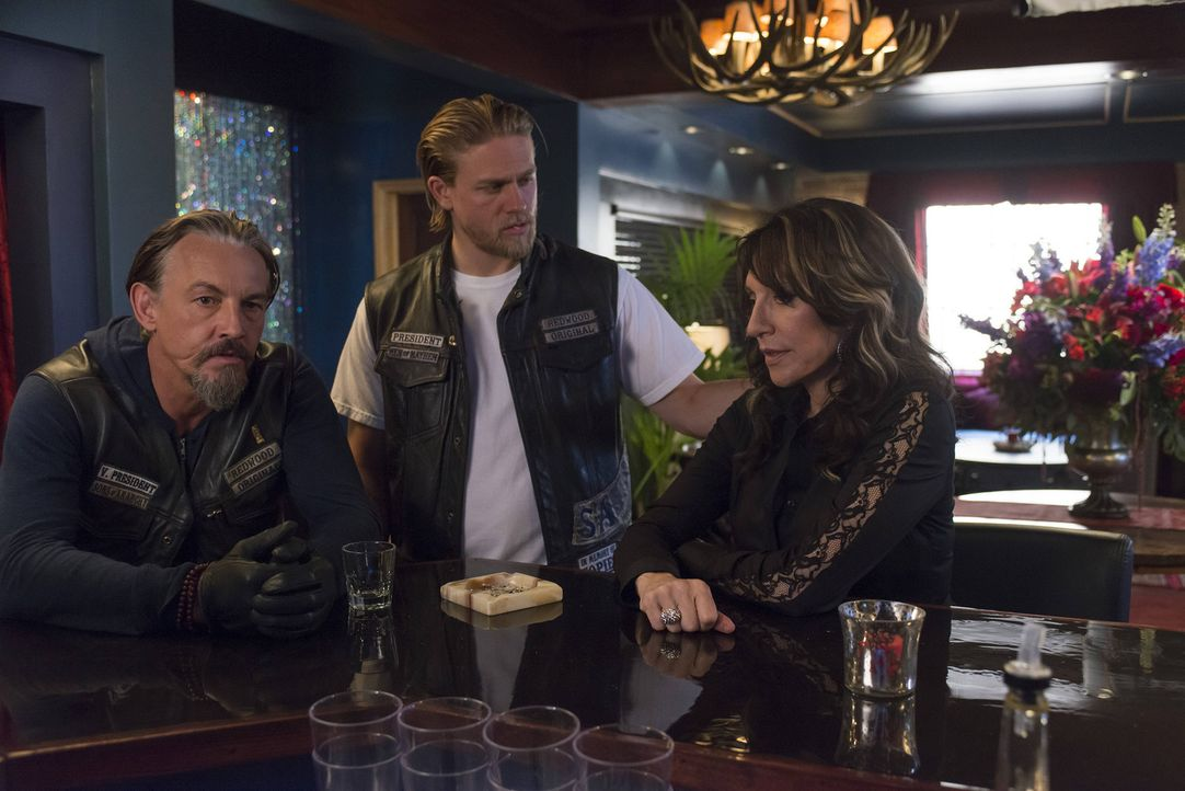 Sind von Jax` Idee, mit der IRA zusammenzuarbeiten, nicht überzeugt: Chibs (Tommy Flanagan, l.) und Gemma (Katey Sagal. r.) ... - Bildquelle: 2013 Twentieth Century Fox Film Corporation and Bluebush Productions, LLC. All rights reserved.