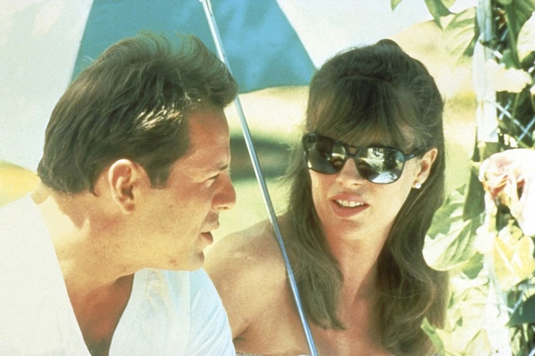 Solange Nadia Gates (Kim Basinger, r.) keinen Alkohol trinkt, ist sie für Walter Davis (Bruce Willis, l.) die Traumfrau ... - Bildquelle: TriStar Pictures