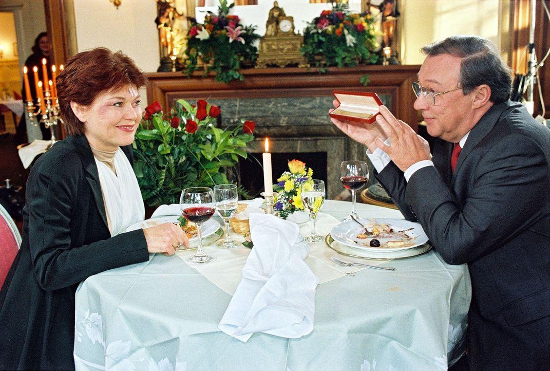 Professor Friedländer (Jaecki Schwarz, r.) führt seine Frau Vera (Monika Woytowicz, l.) zum Essen aus, nachdem sie bei einer Rettungsfahrt verletzt wurde. Als Vera während des Essens umfällt, wird plötzlich klar, dass ihre Verletzungen zu oberflächlich untersucht wurden ...