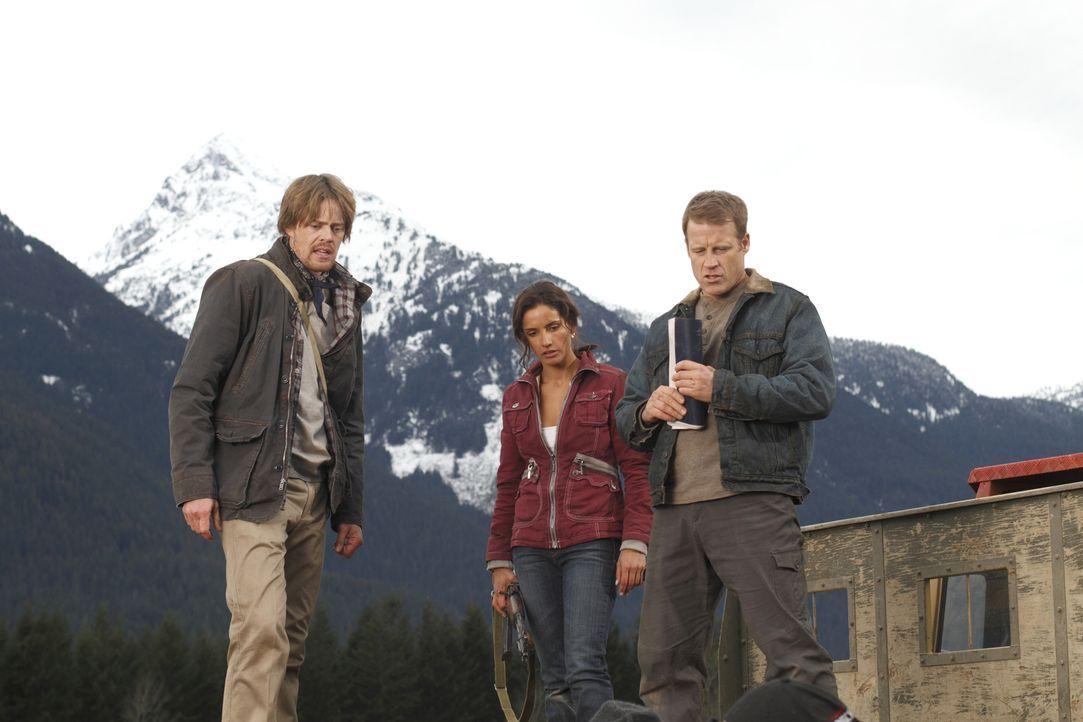 Müssen gegen Rebellen ankämpfen: Maria (Leonor Varela, M.), Chance (Mark Valley, r.) und Doug (Kris Marshall, l.) ... - Bildquelle: Warner Brothers