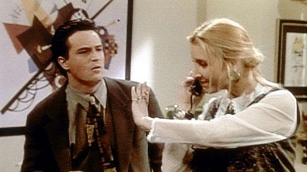 Phoebe (Lisa Kudrow, r.) arbeitet bei Chandler (Matthew Perry, l.) als Sekret...