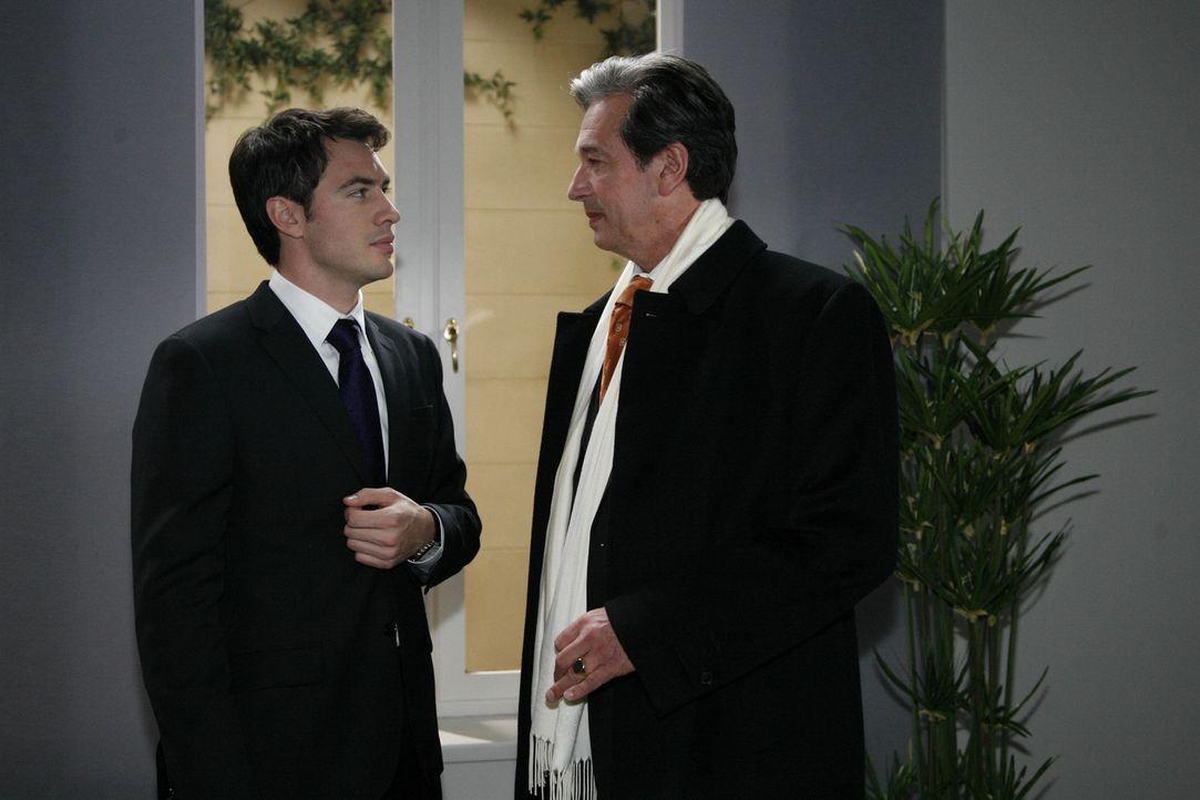 Mark (Arne Stephan, l.) muss vor Julius (Günter Barton, r.) zugeben, dass sein Plan, die Herzogin von Devon ins Aden zu holen, gescheitert ist ... - Bildquelle: SAT.1