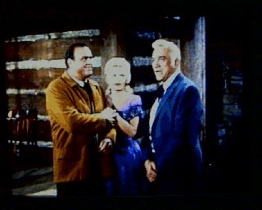 Hoss (Dan Blocker, l.) ist verliebt und möchte Ragan Miller (Gena Rowlands, M.), eine Frau mit Vergangenheit, heiraten. Sein Vater Ben (Lorne Greene... - Bildquelle: Paramount Pictures
