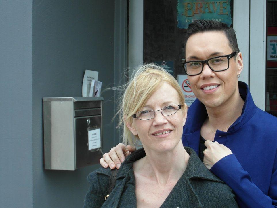 Für Gok Wan (r.) steht fest, er will Karen (l.) endlich vom Sofa hochbekommen und ihr zeigen, wie gut es tut, auch mal wieder auf Dates zu gehen ... - Bildquelle: Warner Bros. Entertainment, Inc.