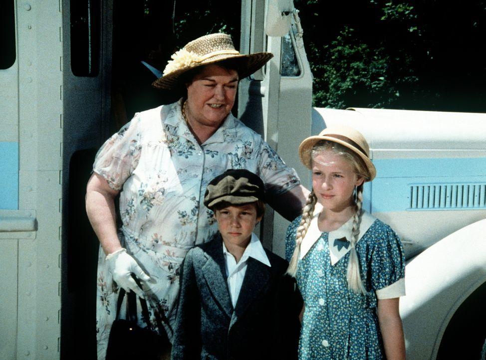 Rose (Peggy Rea, l.) stellt ihre beiden Enkelkinder Jeffrey (Keith Mitchell, M.) und Serena (Martha Nix, r.) John und Olivia vor. - Bildquelle: WARNER BROS. INTERNATIONAL TELEVISION