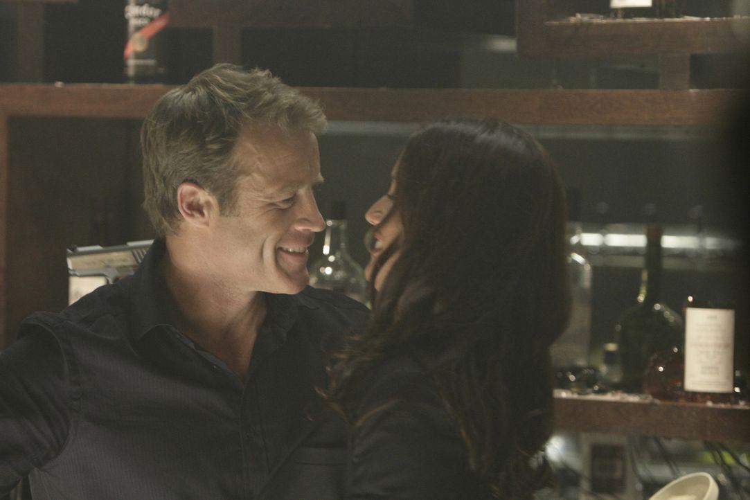 Ihre Wiedersehensfreude währt nur kurz: Chance (Mark Valley, l.) und Maria (Leonor Varela, r.) ... - Bildquelle: 2011  Warner Bros.