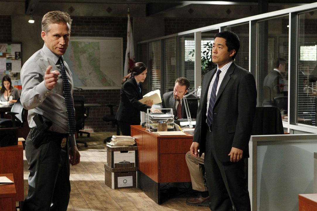 Bei den Ermittlungen: Ray Haffner (Reed Diamond, l.) und Kimball Cho (Tim Kang, r.) ... - Bildquelle: Warner Bros. Television