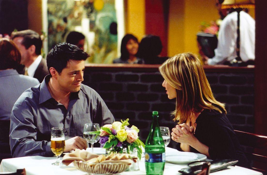 Joey (Matt LeBlanc, l.) und Rachel (Jennifer Aniston, r.) verstehen sich bei ihrem Date überraschend gut ... - Bildquelle: TM+  WARNER BROS.