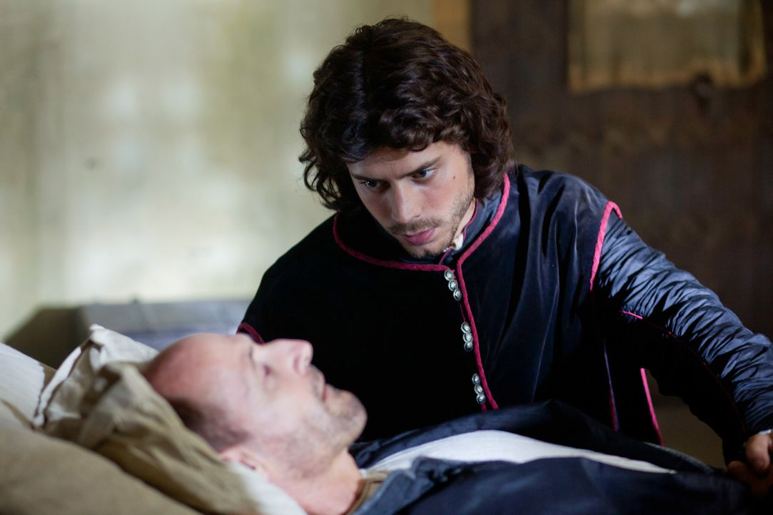 Selbst weit weg von Rom ist Giuliano della  Rovere (Colm Feore, v.) vor Cesare (Francois Arnaud, h.) nicht sicher ... - Bildquelle: Jonathan Hession LB Television Productions Limited/Borgias Productions Inc./Borg Films kft/ An Ireland/Canada/Hungary Co-Production. All Rights Reserved.