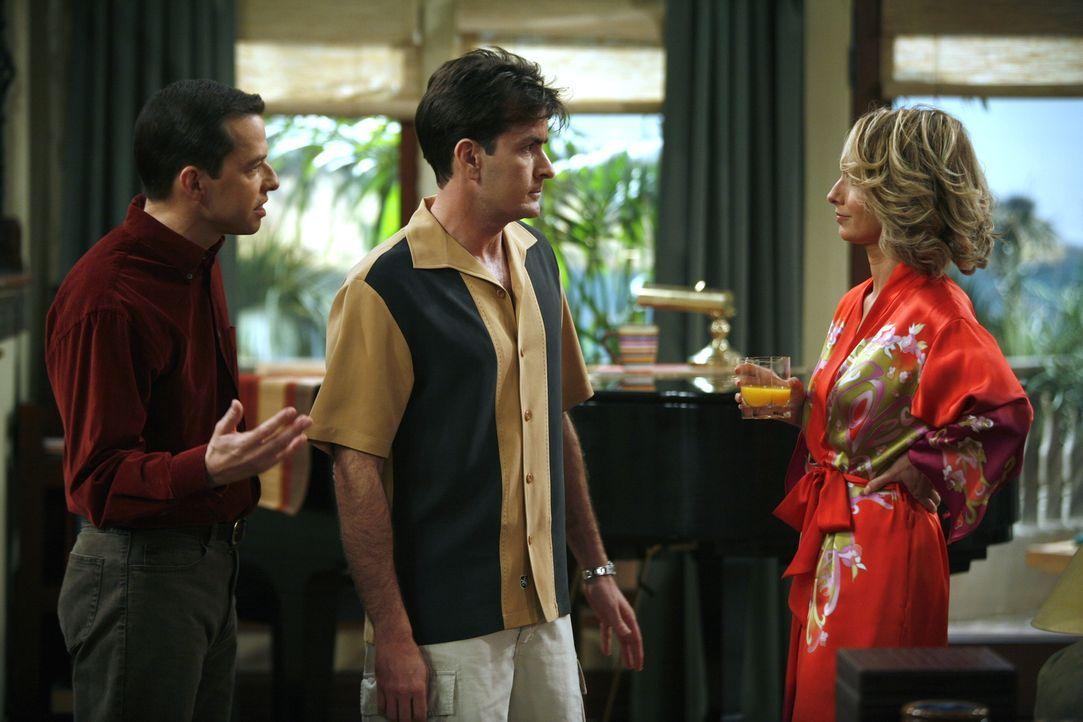 Lydia (Katherine Lanasa, r.) erwartet von Charlie (Charlie Sheen, M.), dass er Berta entlässt, da sie sie nicht leiden kann. Alan (Jon Cryer, l.) hö... - Bildquelle: Warner Brothers Entertainment Inc.