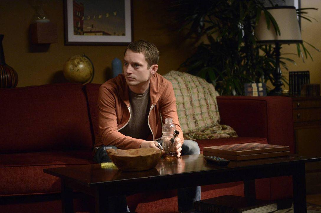 Als Ryan (Elijah Wood) befürchtet, dass seine Mitbewohnerin auszieht, muss er eine Entscheidung treffen, die das Leben aller beeinflussen wird ... - Bildquelle: 2013 Bluebush Productions, LLC. All rights reserved.