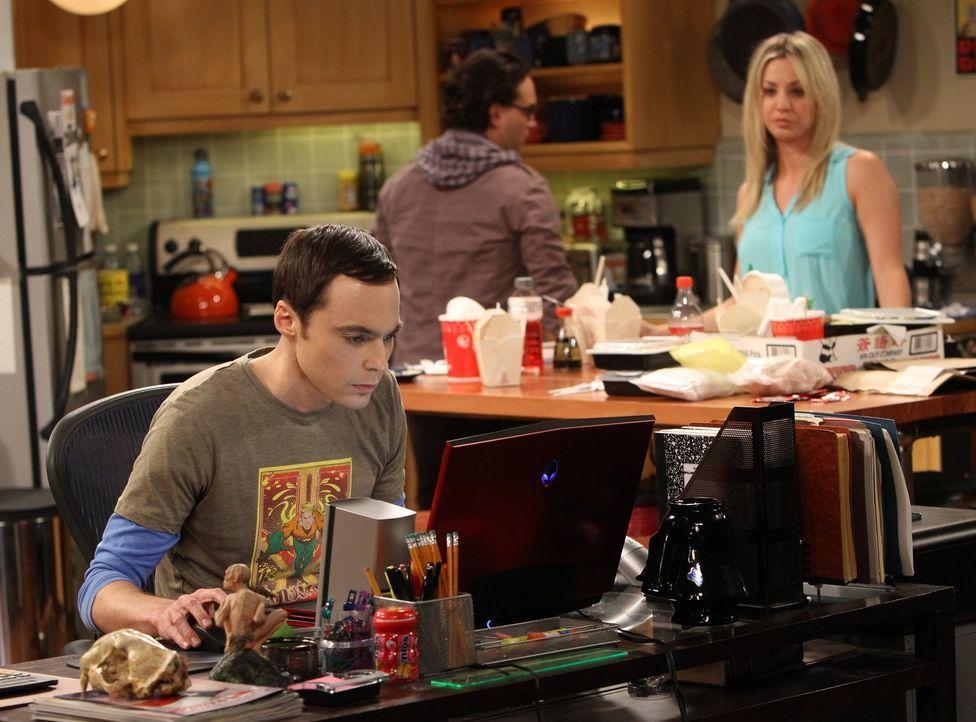 """Während Sheldon (Jim Parsons, l.) in eine Krise gerät, versucht Leonard (Johnny Galecki, M.) alles, um Penny seine Begeisterung für """"Buffy die Vampi... - Bildquelle: Warner Bros. Television"""