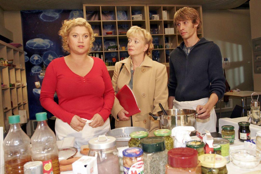 Helga (Ulrike Mai, M.) muss verletzt erkennen, dass Agnes (Susanne Szell, l.) ihre Zukunftspläne nicht teilt. - Bildquelle: Noreen Flynn Sat.1